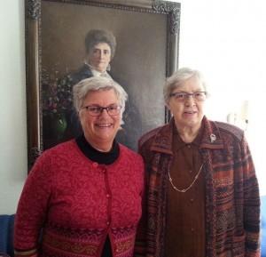 Torild Skard sammen med Kirsti Kolle Grøndahl på landsmøtet til Norsk Kvinnesaksforening i 2014, foran portrettet av Gina Krog.