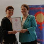 NKF-leder Margunn Bjørnholt overrekker diplomet til æresmedlem Gro Harlem Brundtland